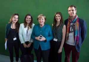 Vier Mitglieder des Vorstands von Schülerpaten Berlin e. V. stehen gemeinsam mit Bundeskanzlerin Angela Merkel