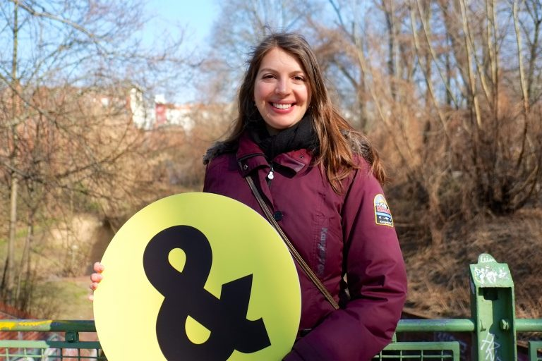 Victoria steht mit dem Schülerpaten-& vor einem Geländer am Fluss
